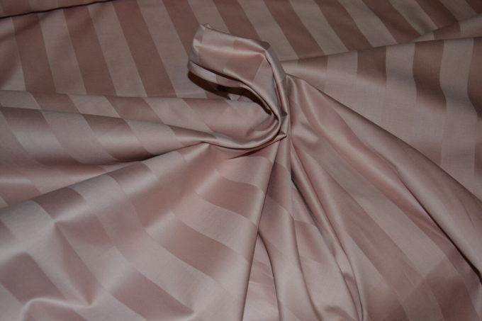 Страйп сатин производится из окрашенных волокон