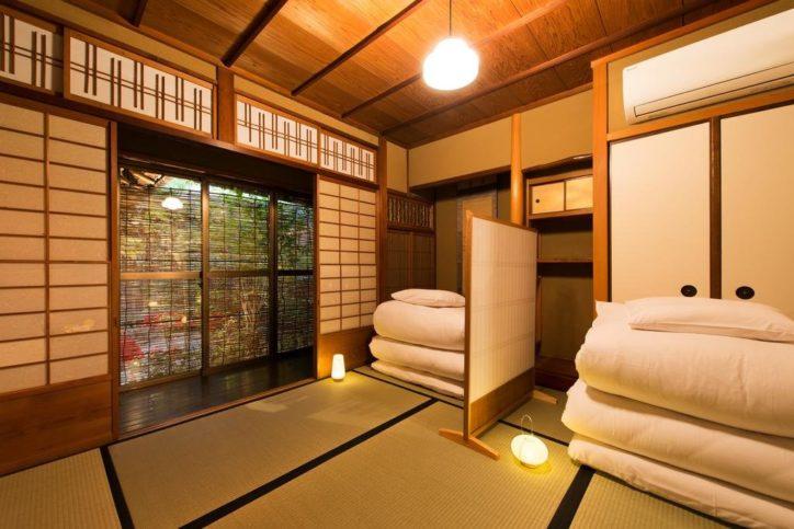 Комната в японской гостинице рёкан с убирающимися матрасами